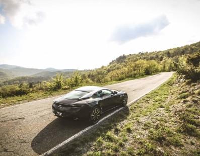 Aston Martin DB11 V8: La Voce Dell'Anima